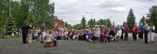Kiteen kulttuurisihteeri Seppo Savolainen sai mahtumaan samaan kuvaan sekä Pensaan että ennätysyleisön.